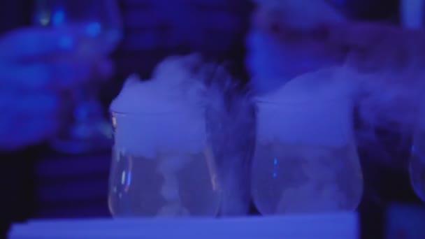 Barkeeper halten Ice Cube Cocktailglas. Barkeeper alkoholische Cocktails vorzubereiten. hautnah. Slow-motion