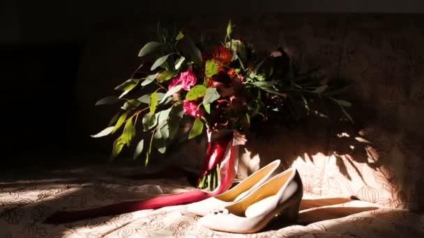 Krásné svatební kytice v rukou mladé nevěsty, oblečené v bílých svatebních šatech. Zblízka velký Puget čerstvých bílých květů růže a tulipány v ženských rukou. Anonymní nevěsta hospodářství květiny.