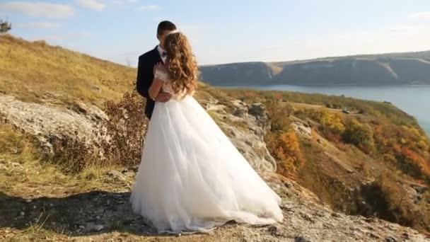 Attraktive glückliche Brautpaar junge posiert in ihrem Hochzeitstag.