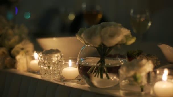 Krásné svatební dekorace na slavnostní stůl, vyrobený z bílých květin a svíček
