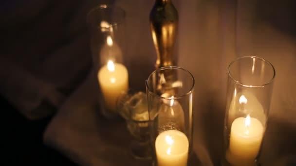 Svatební svíčky zdobené v bílé a zlaté barvy
