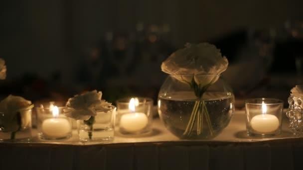 Svatební svíčky zdobené v bílé a zlaté barvy.