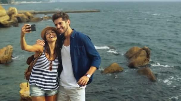 Šťastné mládeže takingfunny selfies, ukazující jazyk a Bavíte se spolu