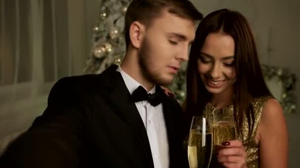 schöne Frau und ihr schöner Freund machen Selfies am Neujahrstag.