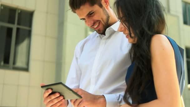 Geschäftspartner nutzen Tablet