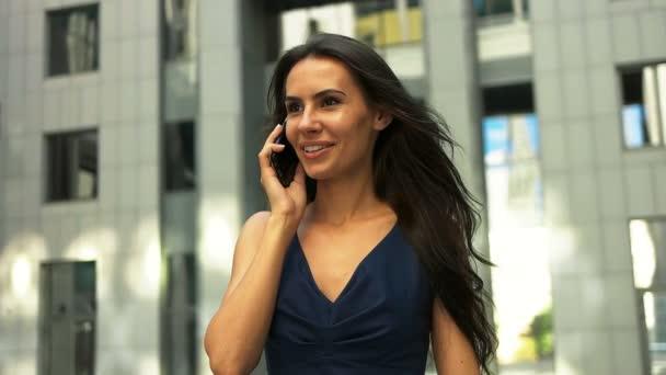 Geschäftsfrau telefoniert mit Handy