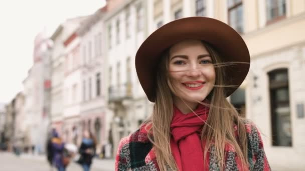 Slow Motion portrét funky ženy s úsměvem v sérii skuteční lidé města