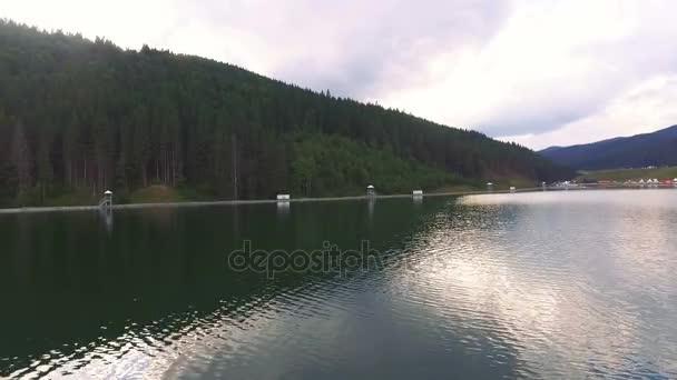Letecký flythrough krásné jezero a hory