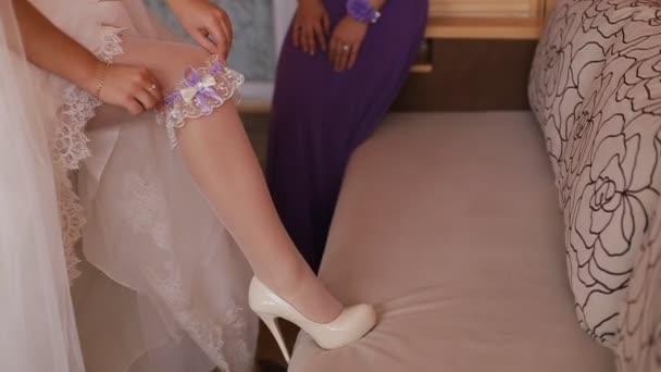 Esküvői ruha, harisnya elhelyezés nő. Menyasszony, fehér ruhában