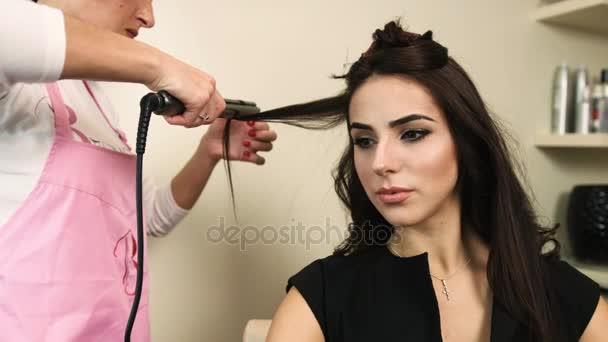 Profesionální kadeřník, stylista, takže kadeře na Zenske tmavě hnědé vlasy s kulmou v salonu krásy