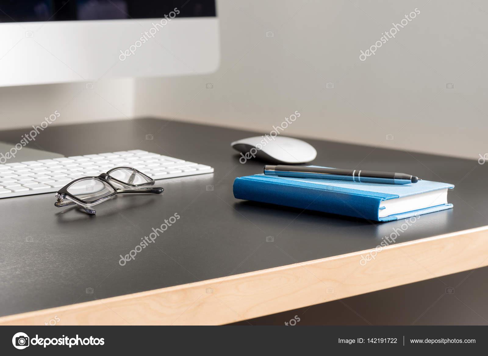 Scrivania Ufficio Grigio : Scrivania per ufficio grigio con computer occhiali da vista un