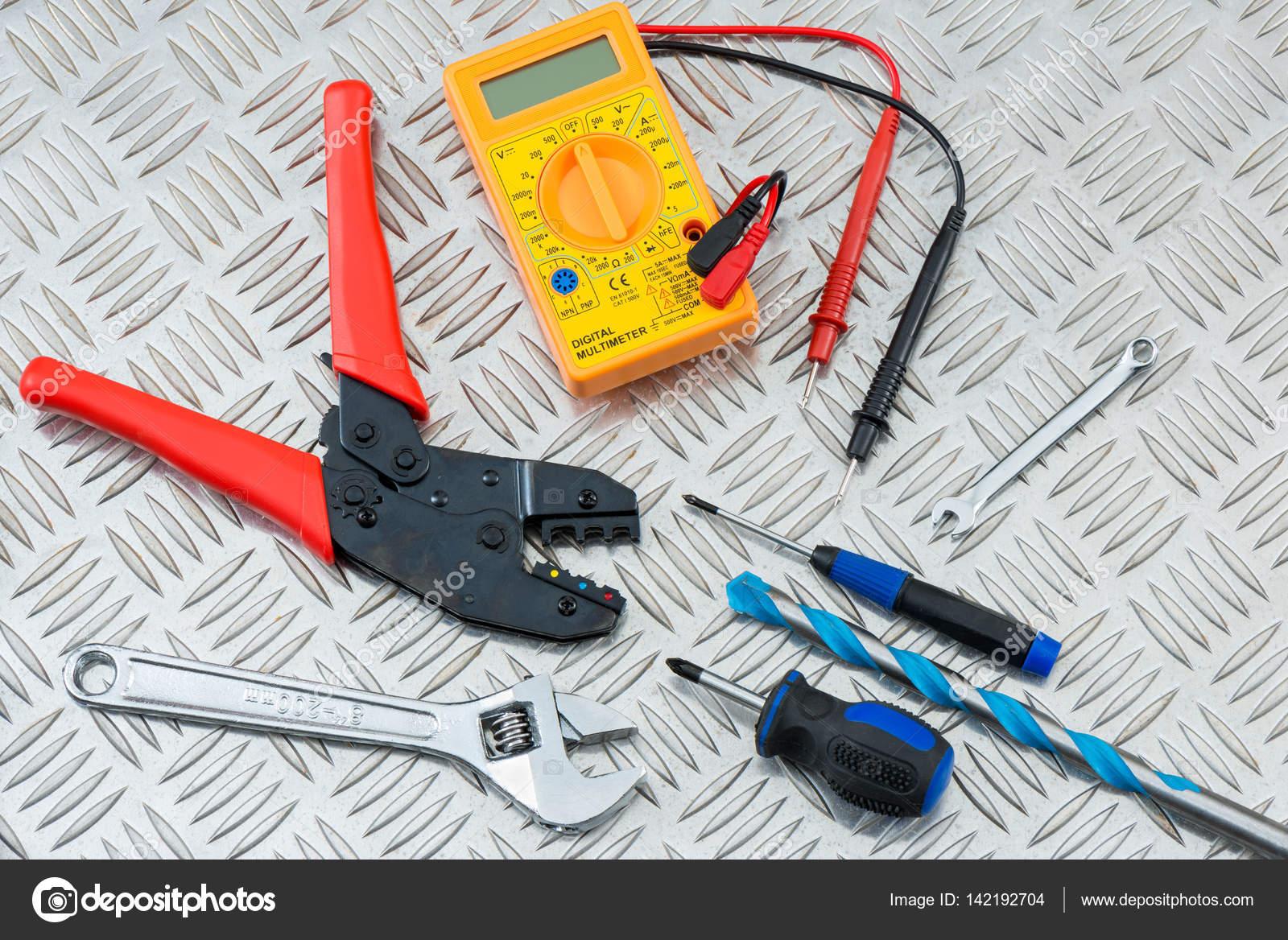 Banco Da Lavoro Per Elettricisti : Strumenti e le attrezzature sulla piastra di metallo checker di