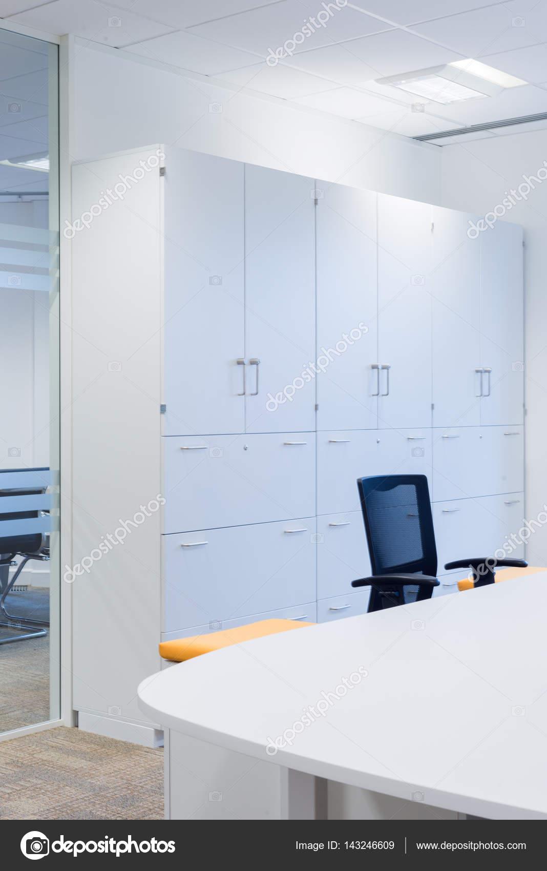 Weiße Schränke im modernen Office-Bereich — Stockfoto © stock ...
