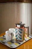 Kávés kanna és csészék, műanyag tálca, fából készült pult