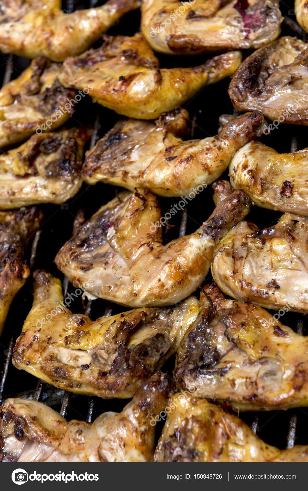 Cuartos de pollo asado en una parrilla de barbacoa — Foto de stock ...