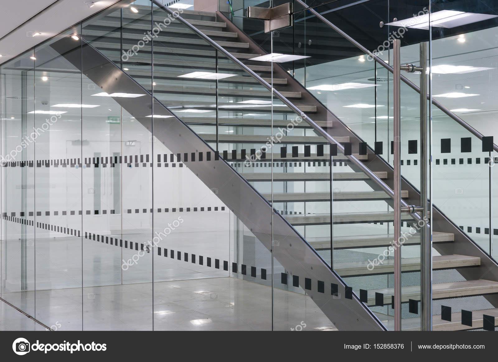 Close up van metalen trap in moderne kantoorgebouw u stockfoto
