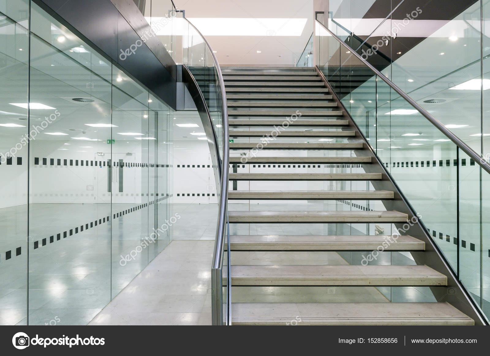 Metalen trap in moderne open keuken kantoorgebouw u stockfoto