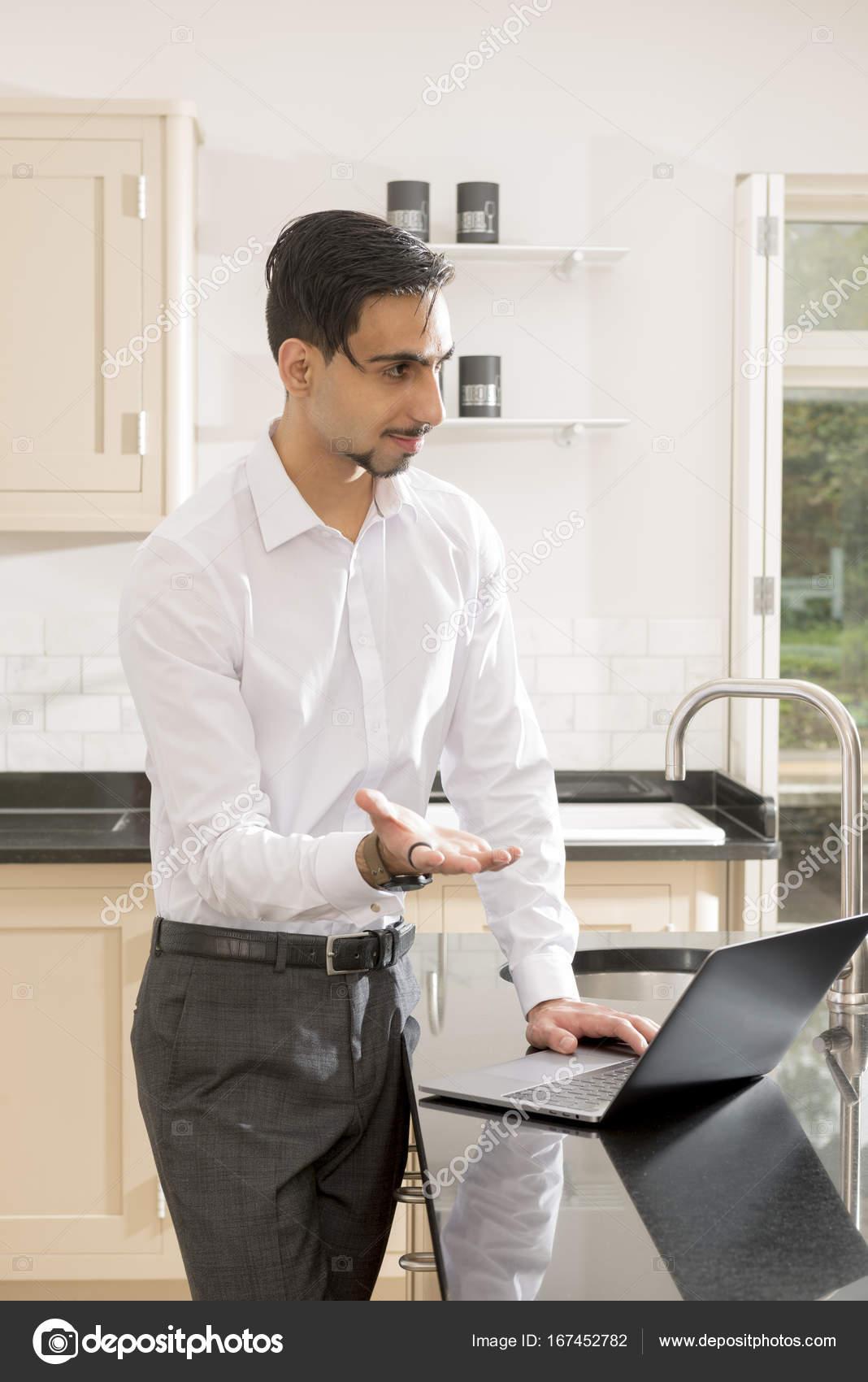 Mann in Bürokleidung mit Computer auf Küchentisch — Stockfoto ...