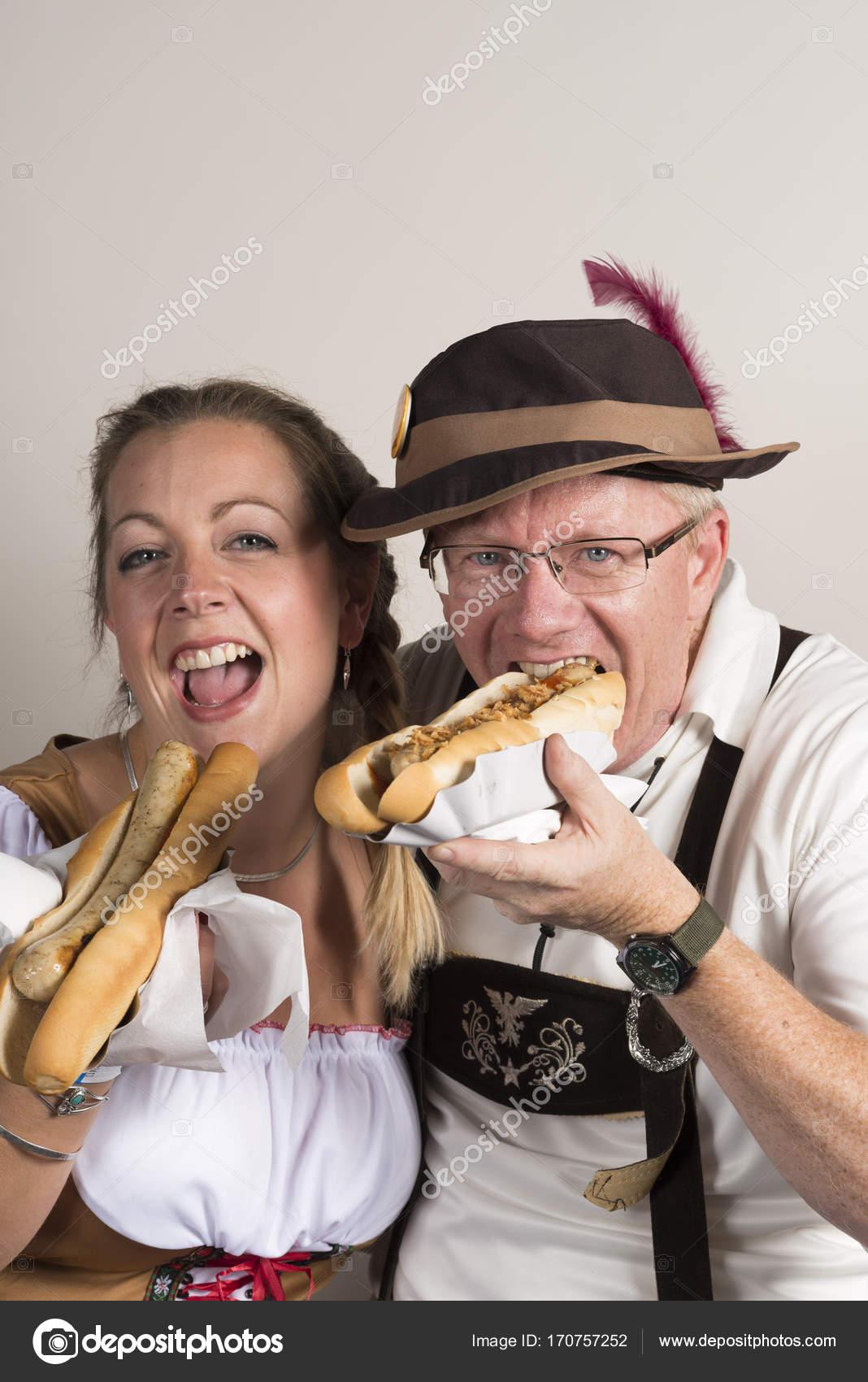 wholesale dealer b6866 660ae Glückliches Paar im traditionellen deutschen Kleidung Essen ...