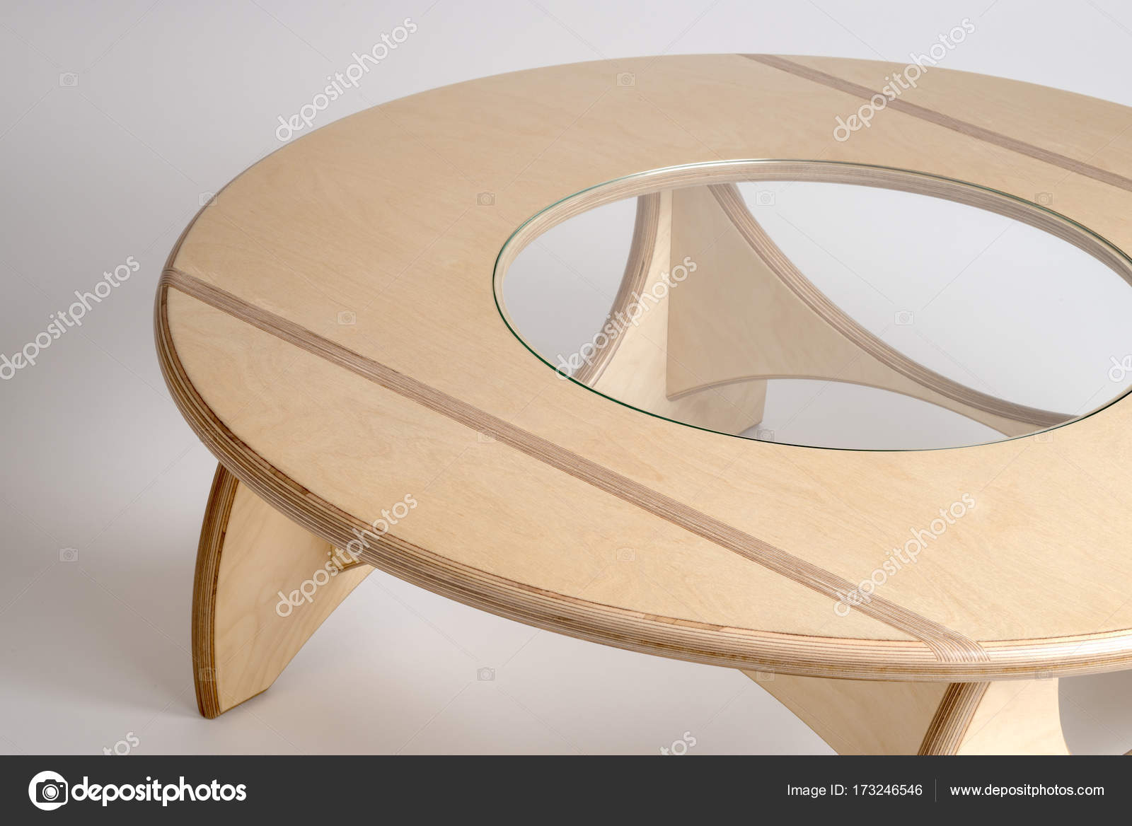 Round Table Madera.Angled Top View Of Bare Wood Designer Round Table Stock Photo