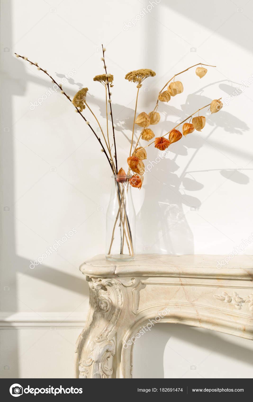 ... Auf Einer Geschlossenen Kamin Kaminsimses Durch Eine Weiße Wand Mit  Sonnenlicht Aus Einem Nahe Gelegenen Fenster U2014 Foto Von  Stock@photographyfirm.co.uk