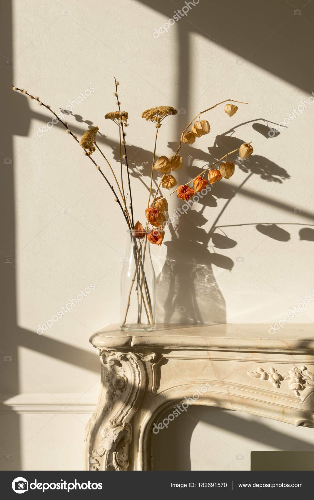 Farbloses Glasvase Mit Getrockneten Blüten Auf Einem Geschlossenen Kamin  Kaminsimses Und Wirft Einen Schatten Auf Einer
