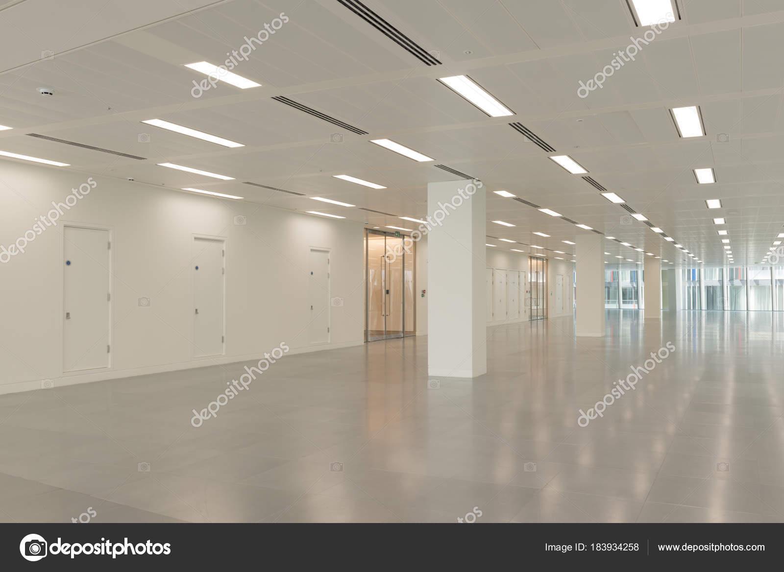 Ufficio vuoto interno con le luci di illuminazione del soffitto