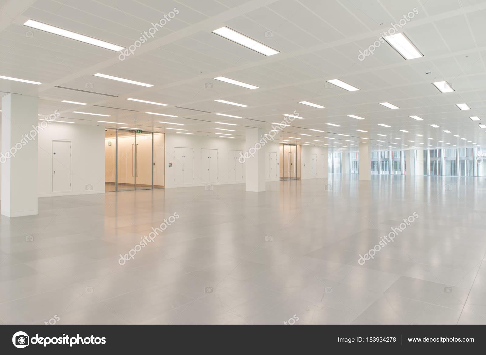 Edificio per uffici enorme vuoto interiore con illuminazione