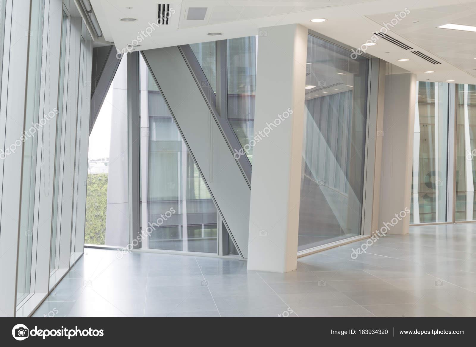 Ansicht des Gebäudes Stahlrahmen aus leeren Bürofenster — Stockfoto ...