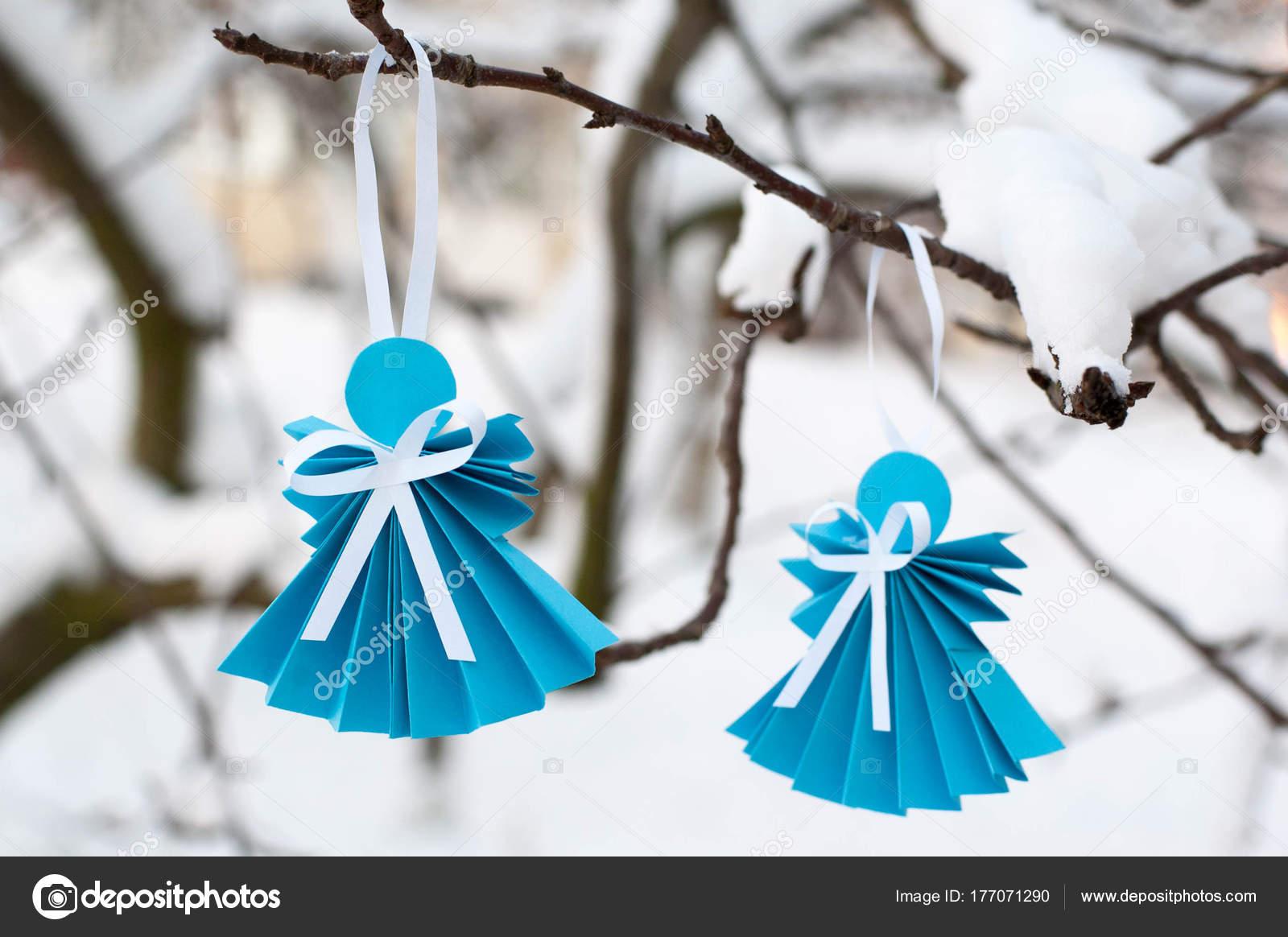 Angeli Di Carta Sulla Filiale Con Neve Foto Stock Siaivo 177071290