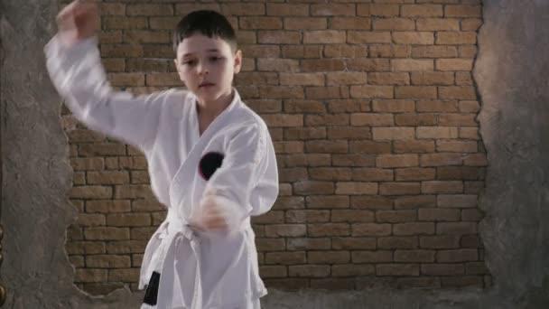 Sedm let starý chlapec kavkazských vlaky posloupnost komplikovaných karate ve studiu