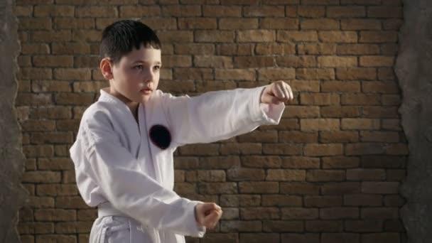 Egy kis karateka vonatok egy hatékony önvédelem mozgás stúdió