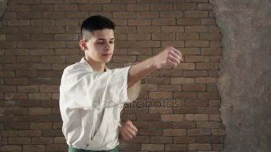 Statečný karateka postupy orientálních bojových umění ve studiu