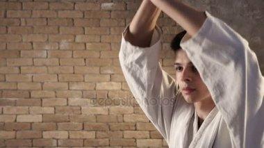 Statečný karateka hity s jeho starověké katana několikrát, zatímco výcvik sám