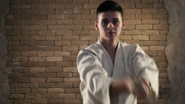 Darabolás katana sztrájk szállítják egy barna hajú karateka stúdió