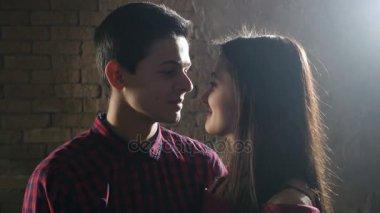 Mladý pár dát polibek Escomo a několik vášnivé polibky na sebe