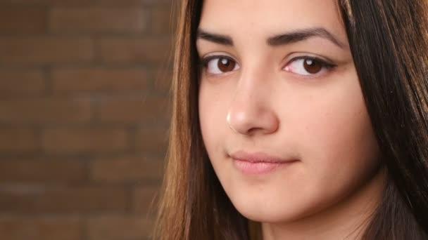 Egy gyönyörű lány, gyengéd bőr és lelki szeme mosolyog boldogan egy darabig