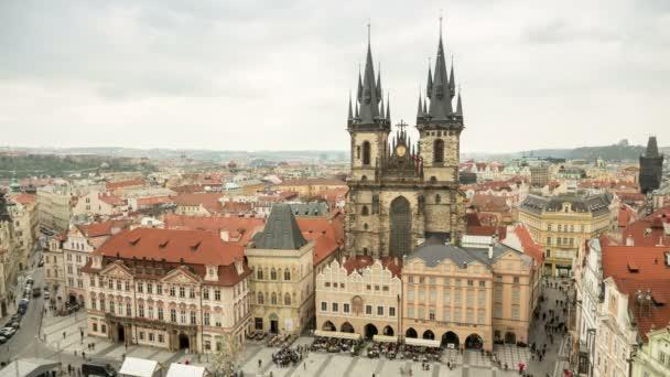 Stará radnice Prahy ve dne na jaře, popraveným timelapse