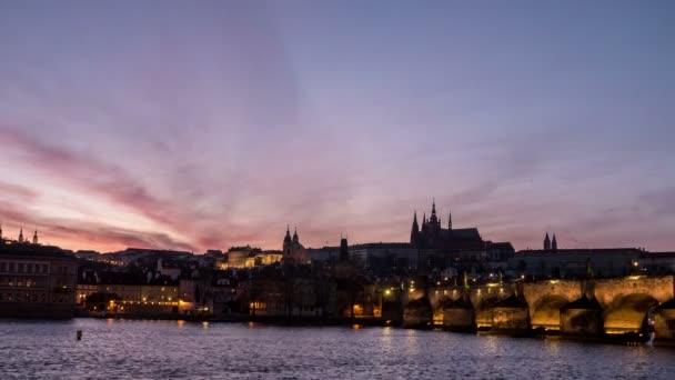 Karlův most a pěkný časosběrné natáčení v den noční pohled