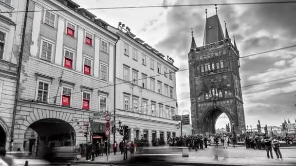 Praha, Česká republika - 24. března 2017: Staroměstského náměstí Prahy, v černé a bílé barvy jako časová prodleva zastřelil