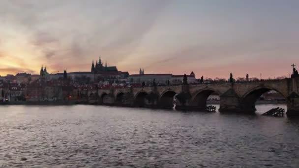 Čas zanikla shot z Karlova mostu s denní a noční přechod na jaře