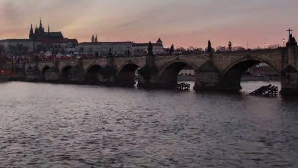 Karlův most a úžasné časosběrné natáčení v den noční pohled