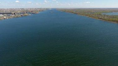 Csodálatos légi felvétel a csillogó kék víz a Dnipro, kora tavasszal