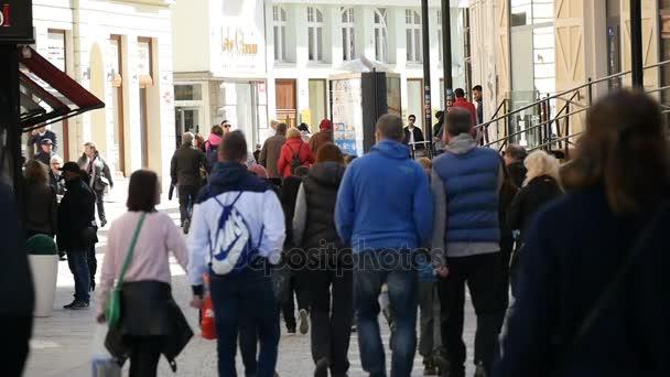 Karlovy Vary, Česká republika - 28. března, 2017:Karlovy Vary ulice se spoustou turistů chůzi v pomalém pohybu slunečný den