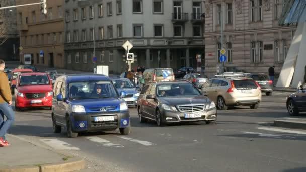 Praha, Česká republika - 24. března 2017: centrální ulice Prahy se starými budovami a rušné dopravy v suny den