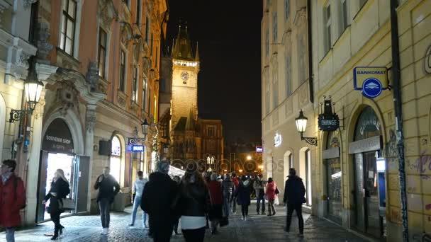 Praha, Česká republika - 24. března 2017: zaneprázdněn stepích ulice Prahy s turisty bude do staré radnice v noci