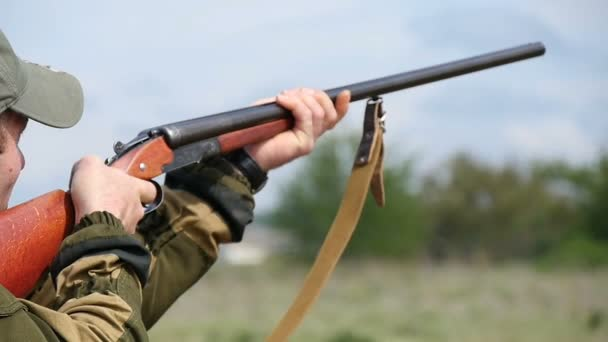 Nikolaev, Ukrajna - május 20-án, 2017:Sportsman célok, a ravaszt húzza, és lő a adouble hordó shotgun slo-Mo