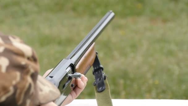 Skeet lövészet repülő el patron slo-mo mezőjében egy vadászpuska