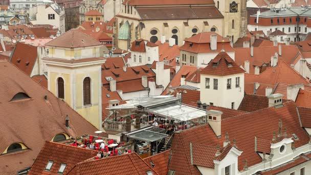Na staré červené keramické střechy středověkých budov a věží v Praze na podzim