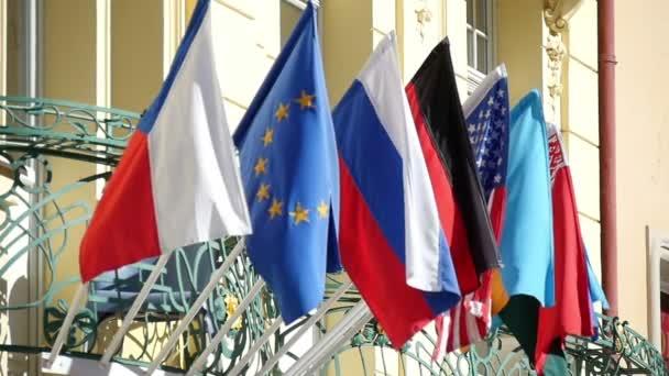 Státní bannery visící nad vchodem úřední budovy v Praze v slo-mo